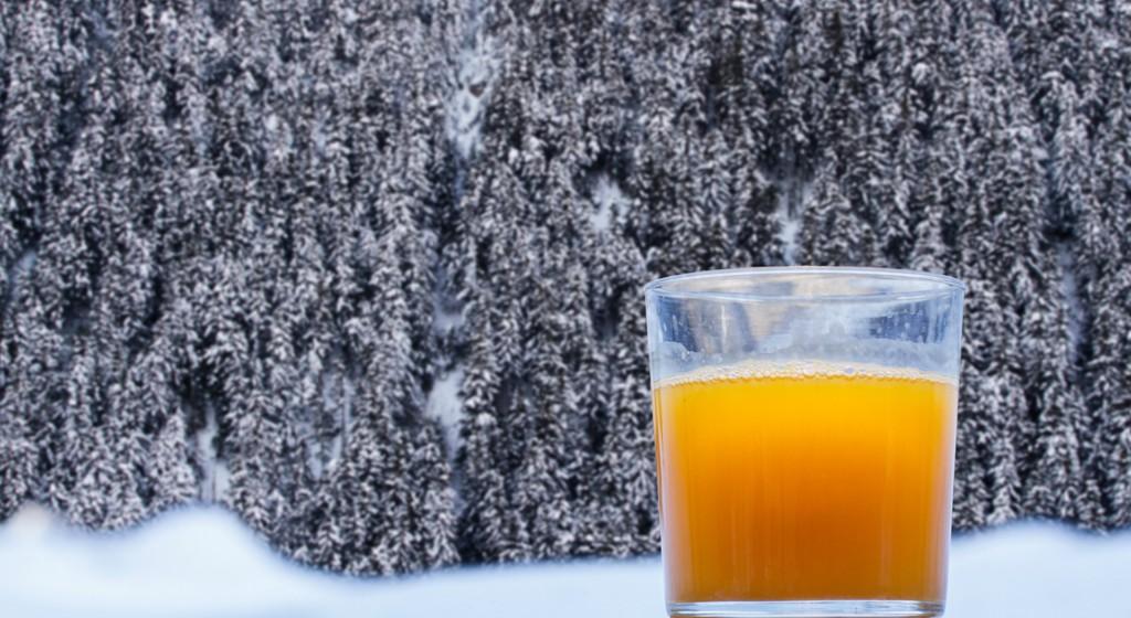 Desayuno bufette con zumo de naranja recién exprimido
