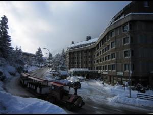 Guagua amb esquiadors pasant davant de l'Hotel Tuc Blanc