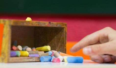Salón de juegos para niños con moitores especializados